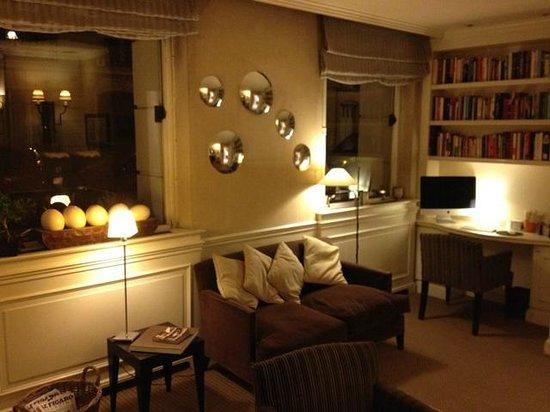 Hotel Signature St Germain des Prés : Library off reception