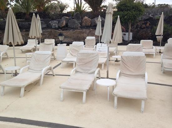 Hotel THe Volcan Lanzarote: pool sunbeds mmmmm,