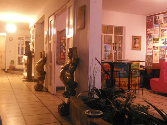 Urban Buddha Hostel Medellin: zona de recreación y para desayunar
