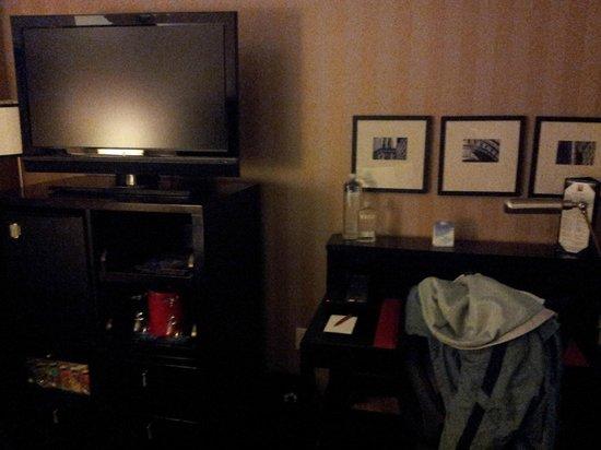 Kimpton Onyx Hotel : Television & Desk
