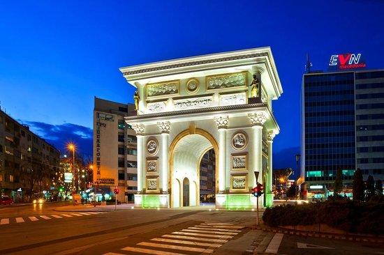 Macedonia Square: uskup kapi