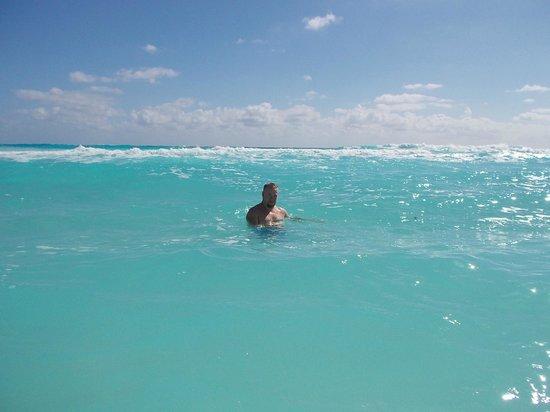 Crown Paradise Club Cancun : swimming at the beach