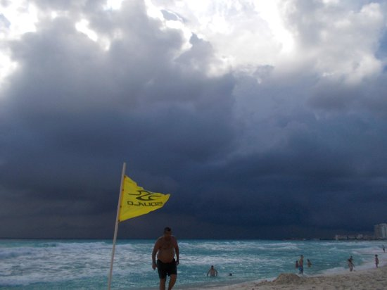 Crown Paradise Club Cancun : storm coming in