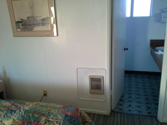 America's Best Value Inn & Suites Eureka: Wall Heater