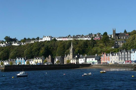 Harbour View Bed and Breakfast: Blick auf Tobermory (Habourview ist das rote Haus, rechts oben)