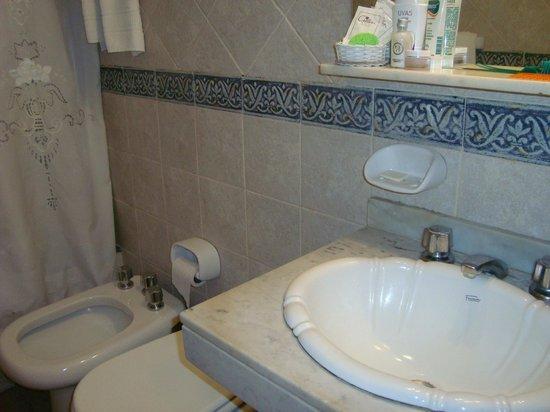 Hotel Crillon Mendoza: Baño un tanto noventoso pero completo y agradable