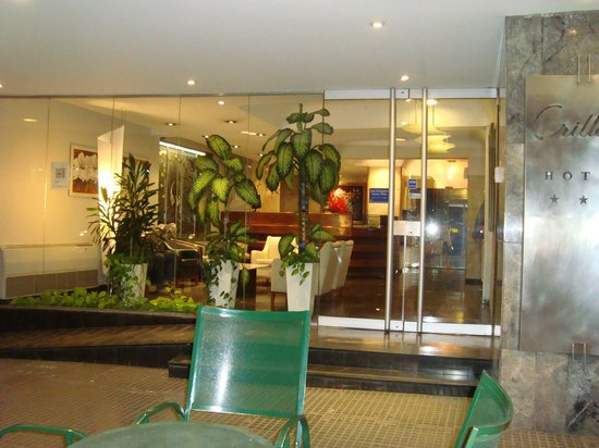 Hotel Crillon Mendoza: Frente del hotel y lobby
