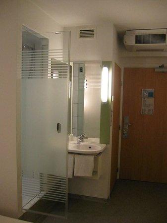 Ibis Budget Warszawa Reduta: the bathroom corner
