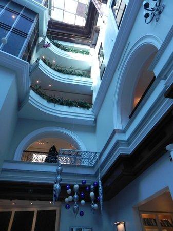 Mövenpick Hotel & Apartments Bur Dubai: Vista desde el hall hacia arriba