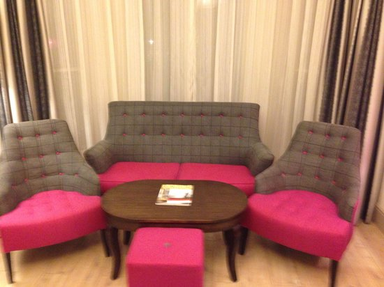 Hotel Indigo London Kensington: Lounge area-junior suite