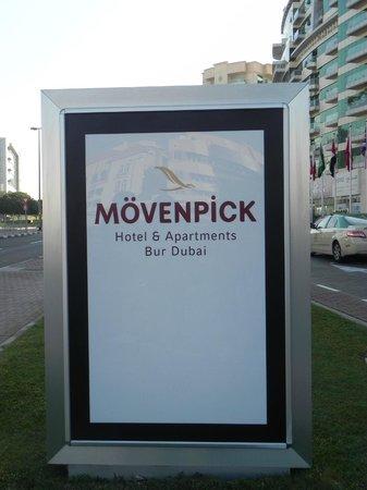 Mövenpick Hotel & Apartments Bur Dubai: Cartel con el nombre del hotel