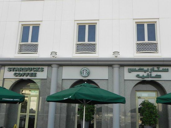 Mövenpick Hotel & Apartments Bur Dubai: terraza de Starbucks en la fachada derecha del hotel