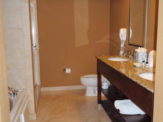 Lake Eve Resort: banheiro suite