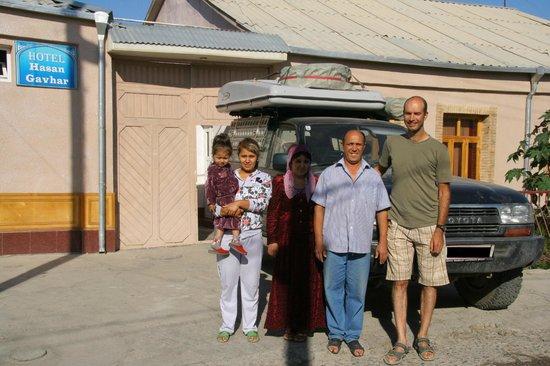 Hotel Xasan Gavhar: Familie vor dem Hoteleingang (Abschiedsfoto)