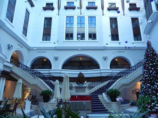 Mövenpick Hotel & Apartments Bur Dubai: Hall y subida
