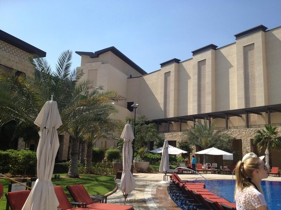 The Westin Abu Dhabi Golf Resort & Spa: Hotelanlage mit Blick vom Pool aus