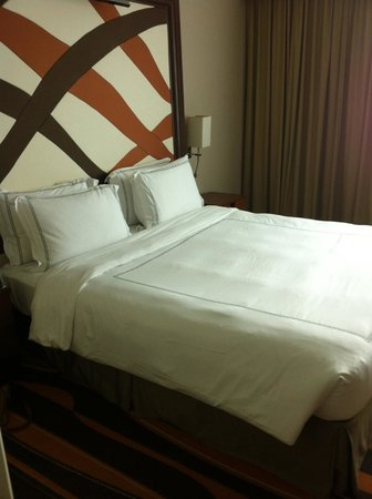Swissotel Merchant Court Singapore: King size bed