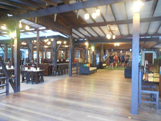 Sunrise Tropical Resort: Open-air dining area