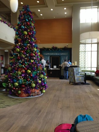 Hilton Garden Inn Los Angeles Montebello : Front lobby with Christmas decorations