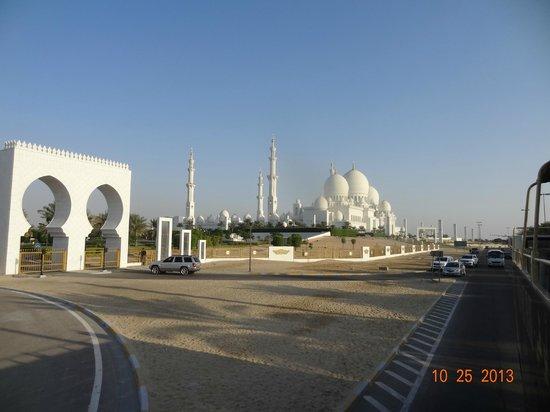 Sheikh  Zayed Mosque: Vista de uma das entradas da Mesquita