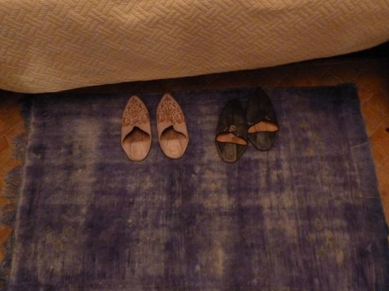 Ksar Jenna : Babuchas cochambrosas llenas de suciedad sobre alfombra en el mismo estado