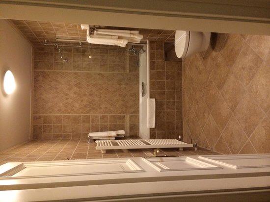 Hotel General: Main bathroom