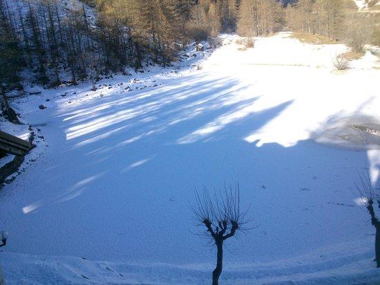 Albergo Lago Laux: Lago ghiacciato ricoperto di neve...con le impronte di una volpe