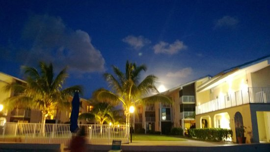Cayman Reef Resort: The resort at night