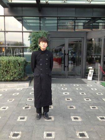 Holiday Inn Beijing Deshengmen: Hyggelig dørmann