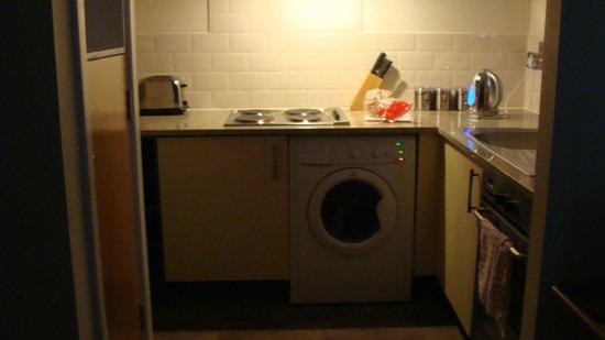 Holyrood apartHOTEL : Kitchen