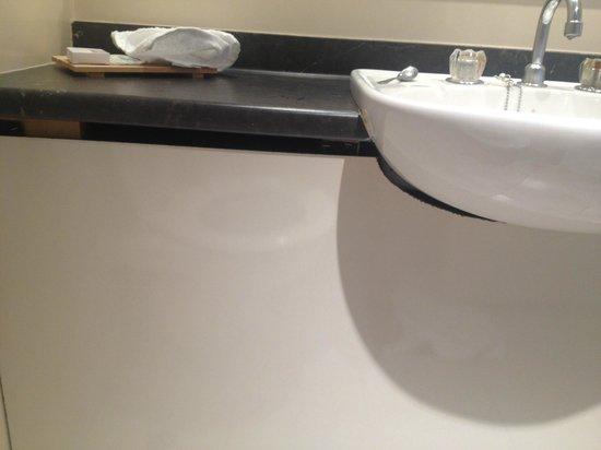 Mercure Auckland : Bathroom fittings falling apart