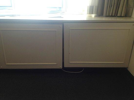 Mercure Auckland : Window seat falling apart