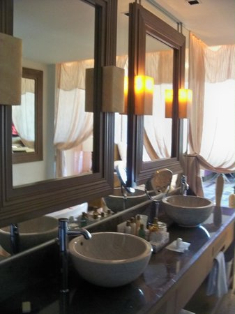 Secrets Vallarta Bay Resort & Spa: Vanity area bathroom
