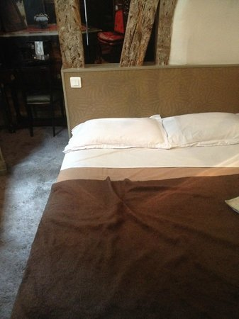 Hotellerie Paris Saint-Honore : le lit avec des oreillers douteux!!!