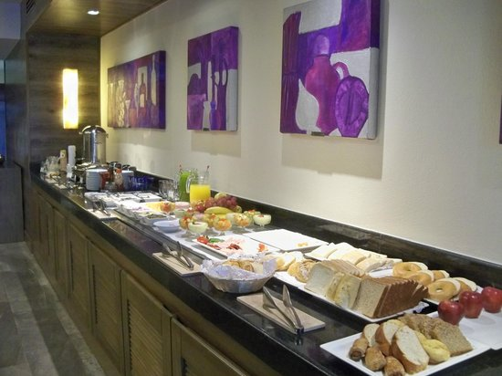Secrets Vallarta Bay Resort & Spa: Preferred Club lobby- food all day