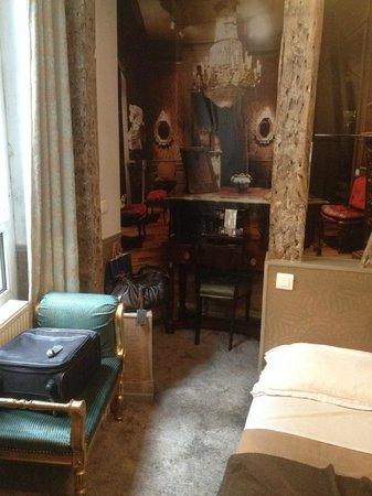 Hotellerie Paris Saint-Honore: le vu du fond est un poster décollé!!!