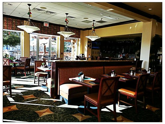 Hilton Garden Inn Sonoma County Airport: Nice Dining Area and Wine Bar