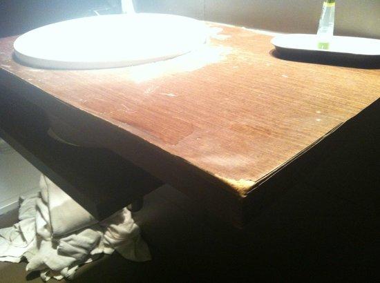 Apartamentos San Pablo: Lavabo hinchado y descascarillado