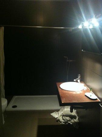 Apartamentos San Pablo: Baño muy oscuro y sin ventilación