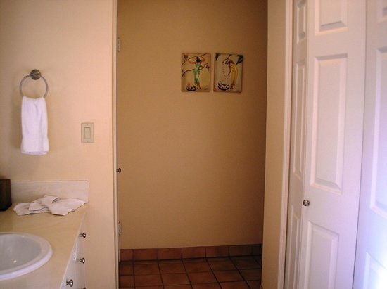 Royal Lahaina Resort: Bathroom entry way.  Vanity and closet to left, double closet with safe, to the right