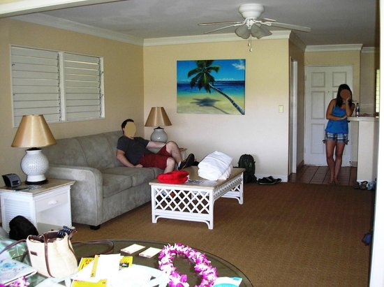 Royal Lahaina Resort: Living room with pull-out couch