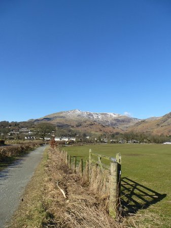 Waterhead Hotel: The footpath from the hotel into Coniston village