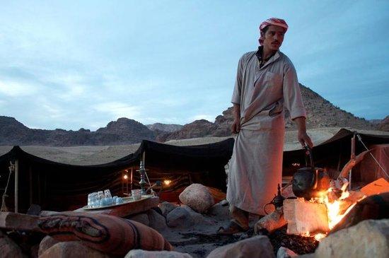 The Rock Camp - Petra : Mahmoud making us tea
