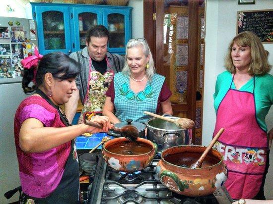 Alma de mi Tierra Cooking School: Paying attention