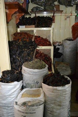 Alma de mi Tierra Cooking School: Chiles in the market