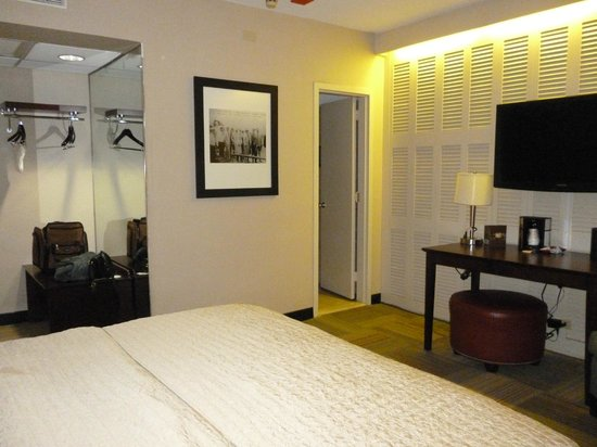 Miami International Airport Hotel: Room with fixed blinds and hanger area