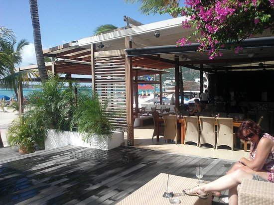 Holland House Beach Hotel : Part of thier outside dining area