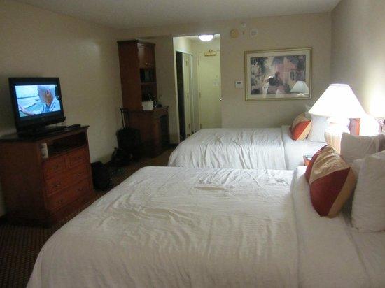 Hilton Garden Inn Anaheim/Garden Grove: beds are queen size, not doubles :-)
