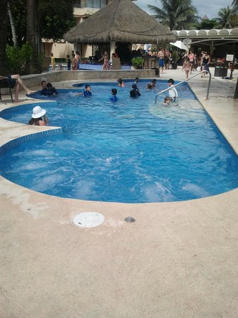 Dreams Puerto Aventuras Resort & Spa: The hot tub was always popular