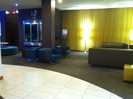 DoubleTree by Hilton Hotel Chattanooga Downtown : More seating near the bar area